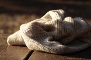 prendas de lana sobre una mesa