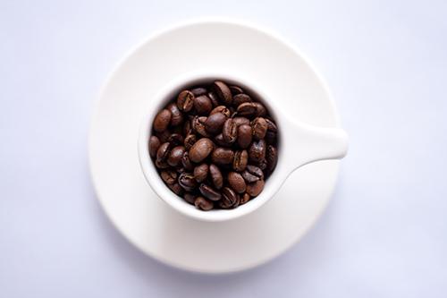 Granos de café en una taza. Curiosidades sobre el café