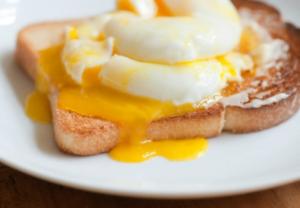 hacer huevos escalfados